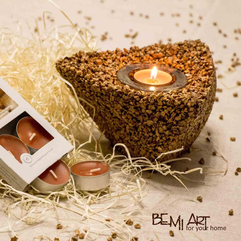 Svícen na čajovou svíčku vyrobený z korku
